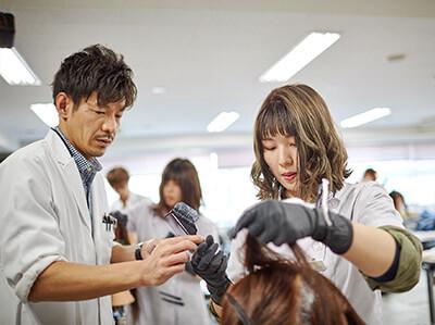 マリールイズ美容専門学校は、一学年が40人という少人数制